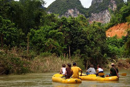 2 people take canoeing in Khao Sok's river.
